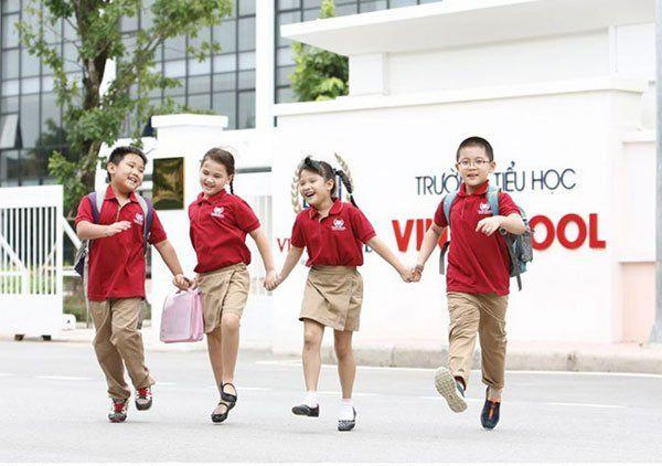 Một năm trường có khoảng 6800 học sinh