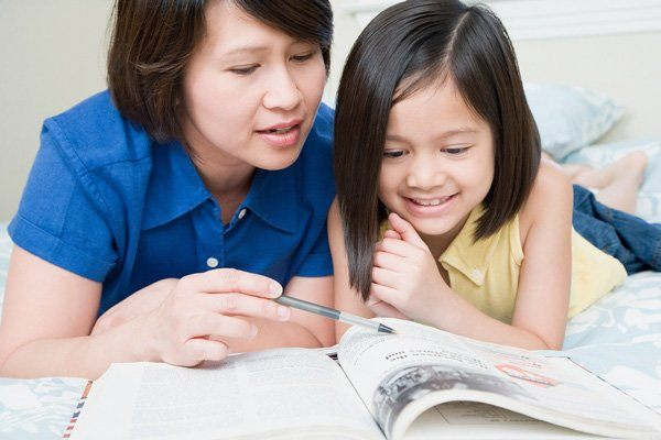 Bố mẹ có thể đọc sách hoặc truyện cho con