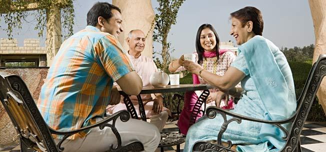 giới thiệu bạn với gia đình và bạn bè họ