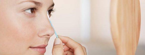 Dùng bông tăm thấm nước mắt tránh bị lem