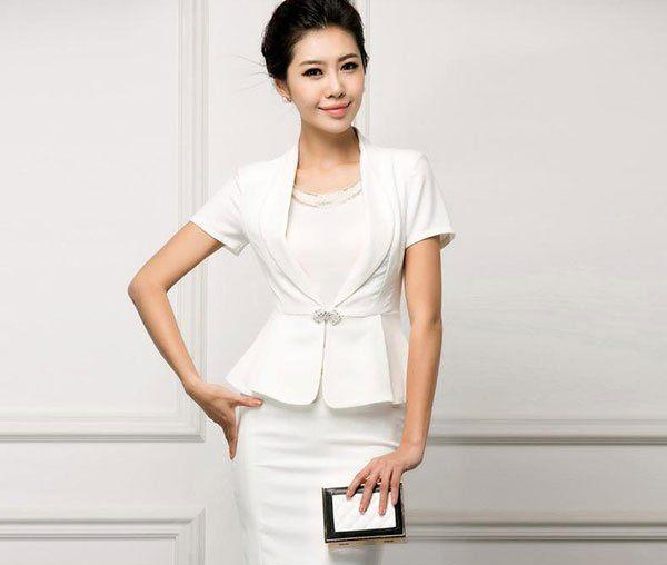 mẫu áo đầm dự tiệc tuổi 40 màu trắng tạo sự thanh lịch
