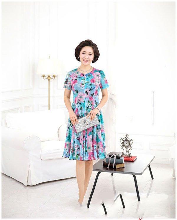 mẫu thời trang tuổi 40 với váy hoa