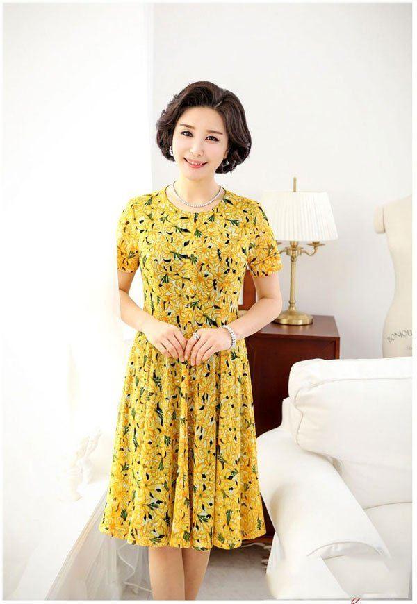 mẫu áo đầm dự tiệc tuổi 40 màu vàng tạo điểm nhấn