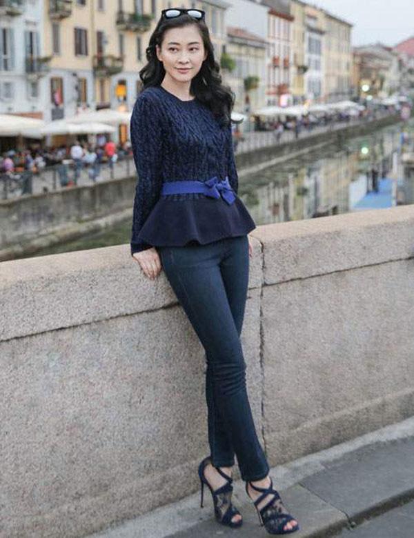 Thời trang u30 với Quần Jeans kết hợp với giày cao gót