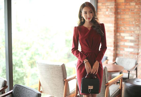 Đầm đỏ để thêm sự trẻ trung cho tuổi 30 mặc gì đẹp