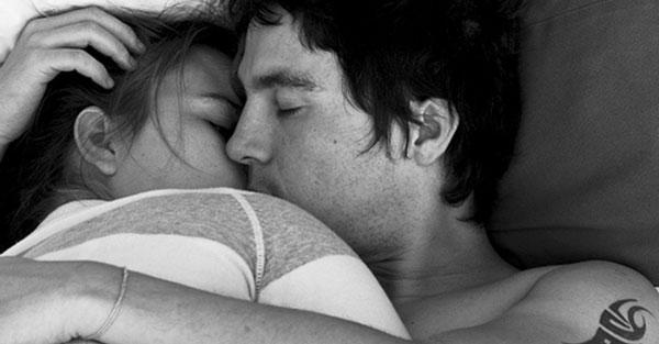 Tâm lý đàn ông khi yêu thật lòng thường ôm bạn khi thức dậy