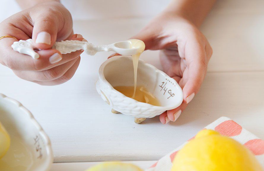 Mật ong đã từ rất lẩu rồi luôn là sự chọn lựa của nhiều chị em để có được một làn da trẻ trung mạnh khỏe