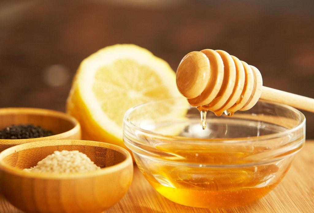 Chanh có những hoạt chất giúp tẩy sạch tế bào chết, mật ong lại chăm sóc tái tạo lại những tế bào chết