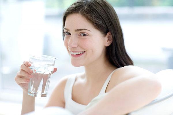 Uống đủ nước để chăm sóc cho da khô